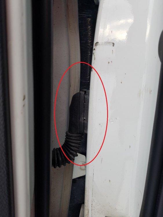 Попыптка угона уязвимый разъём в притворе передней двери Kia Hyundai.jpeg